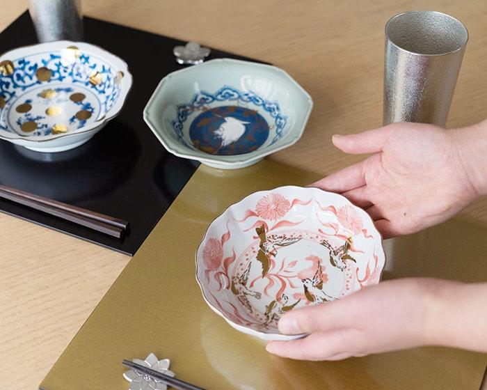amabroのなます皿を女性が手に持っている