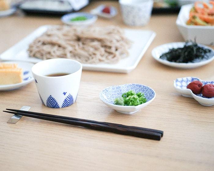 食卓に蕎麦や薬味やめんつゆなどが並んでいる