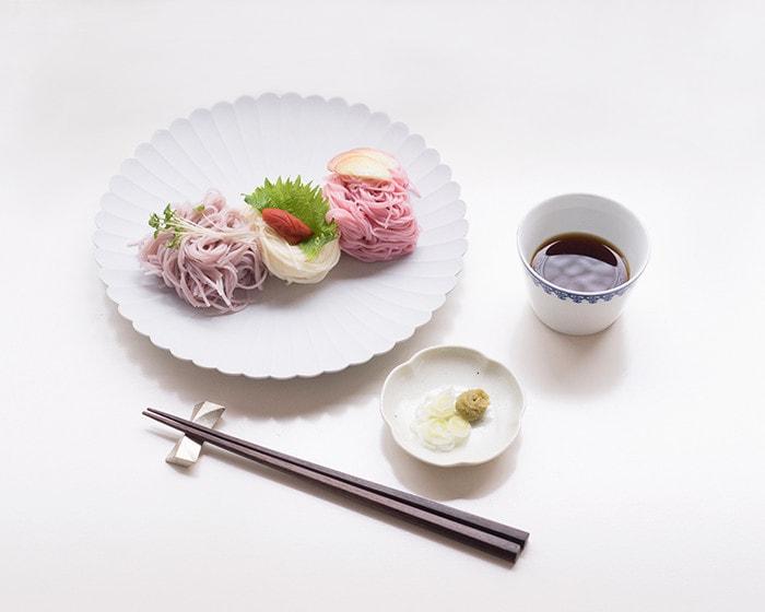 パレスプレートに3色のそうめんと薬味が盛り付けられており、薬味の乗った豆皿とめんつゆの入ったそば猪口が並んでいる