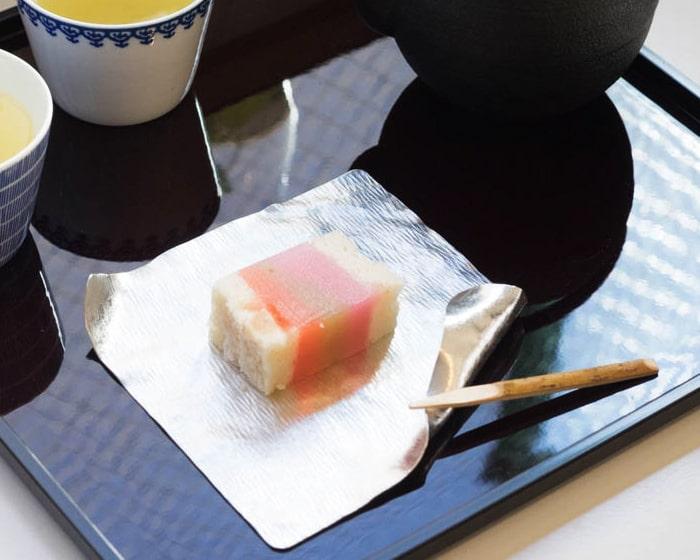 すずがみに和菓子が載っている