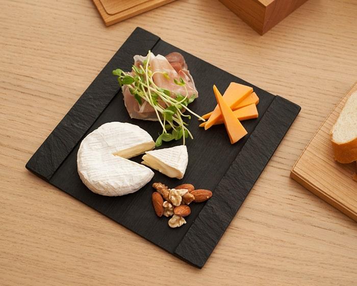 SUZURIにチーズやハム、ナッツを盛り付けている