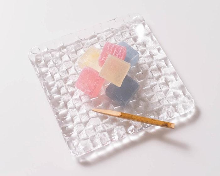 お菓子の載ったスガハラのグリットプレートクリア