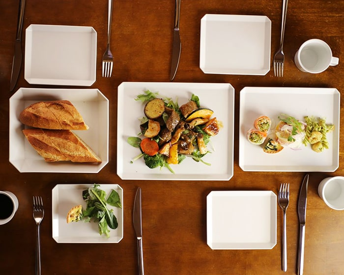 パンやお惣菜が載っているスクエアプレート