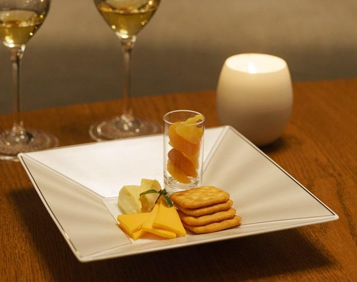 チーズやクラッカー、ドライフルーツを盛り付けたエリートモダンのスクエアトレー