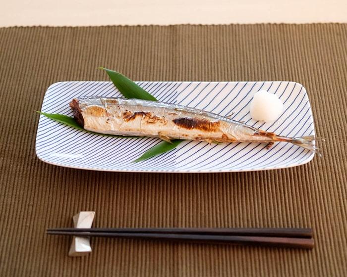 頭を落とした秋刀魚を載っている白山陶器の重ね縞