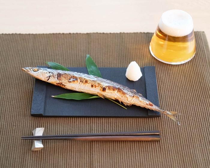 秋刀魚を乗せたSUZURIとビールが注がれた富士山グラス