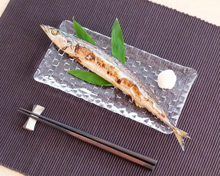 グリットプレートMに秋刀魚を乗せると少しお皿からはみ出ている
