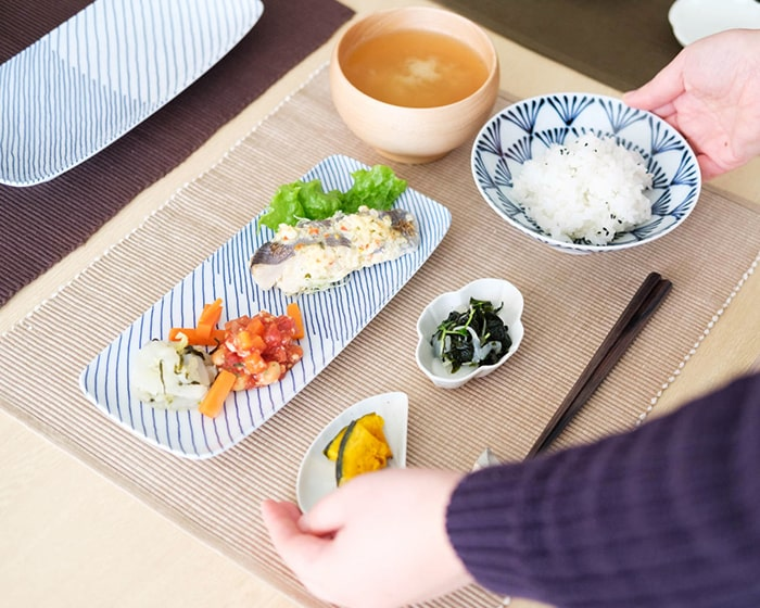 白山陶器の長皿やお茶碗などを使用した食事の様子