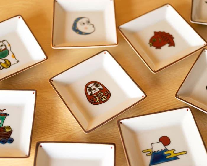 双鳩窯の豆皿KOTOHOGIがランダムに並んでいる