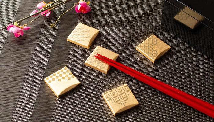 箸の置かれている箔一の福招き箸置き