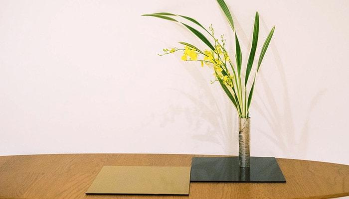 A bud vase of suzugami on Oshiki