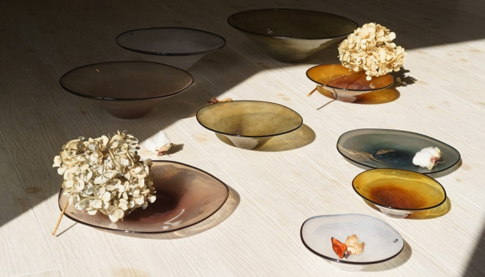 Glass bowls and plates of kasumi with dry flowers