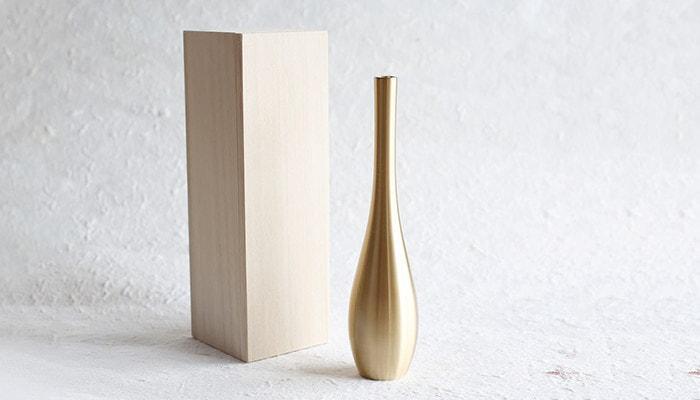 Metal flower vase Sorori from Nousaku and its exclusive box
