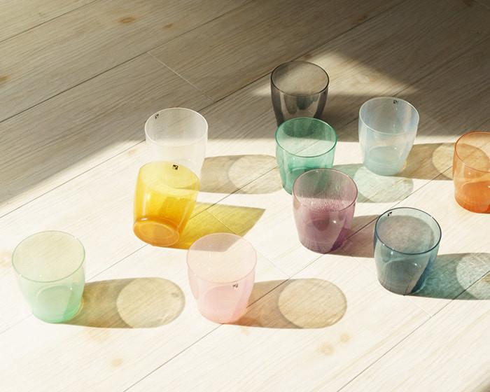 光がさす場所にfresco solitoグラスが並んでいる
