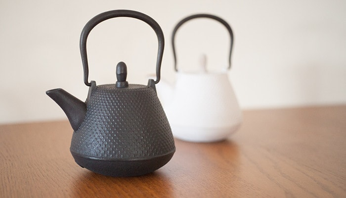 Black and white color tetsubin teapot of Roji