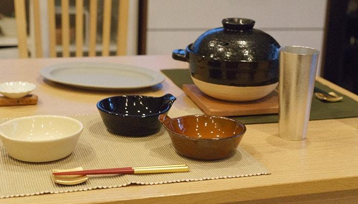 アグラとんすいやビアカップ、かまどさんなどがテーブルに並んでいる