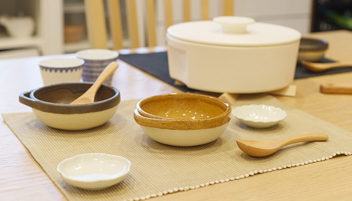 テーブルにカセロラとんすいやレンゲ、do-nabeなどが並んでいる