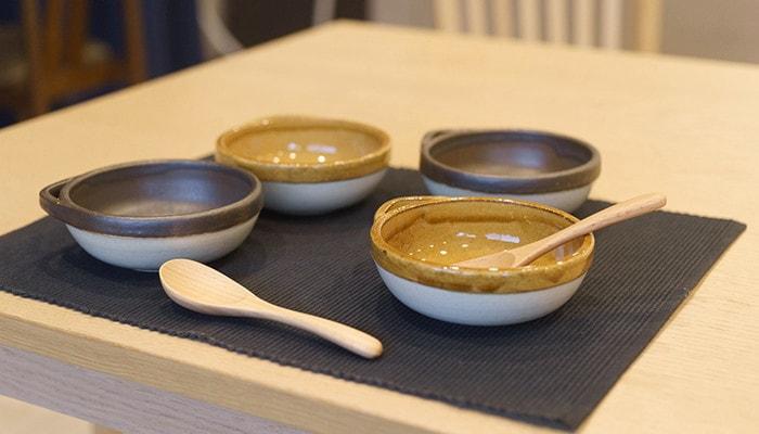 テーブルにカセロラとんすいとレンゲが並んでいる