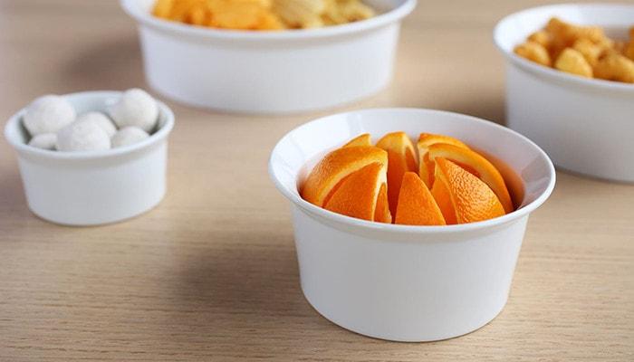 切ったオレンジが入ったラウンドボウル160ホワイト