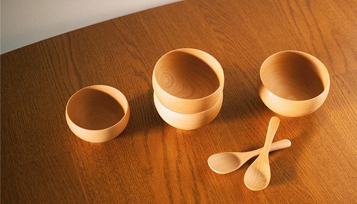 テーブルに並んだ薗部産業のめいぼく椀とレンゲ