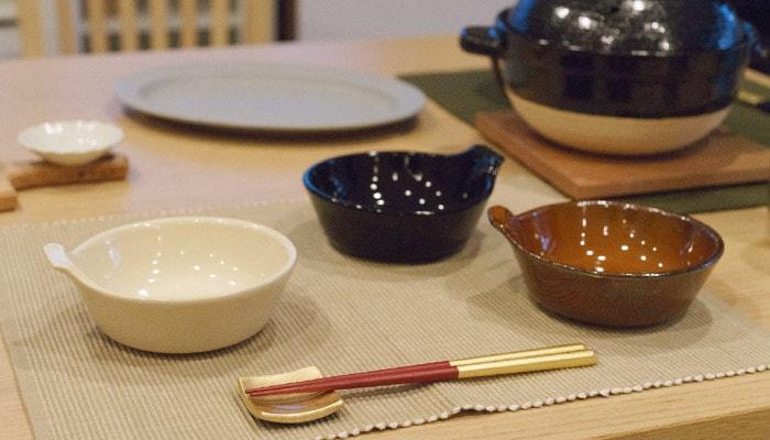 テーブルに並んだアグラとんすいや箔一の箸セットなど