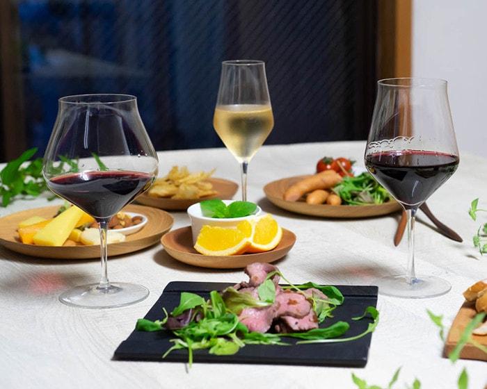 ワインが注がれた3種類の生涯を添い遂げるワイングラスと食事