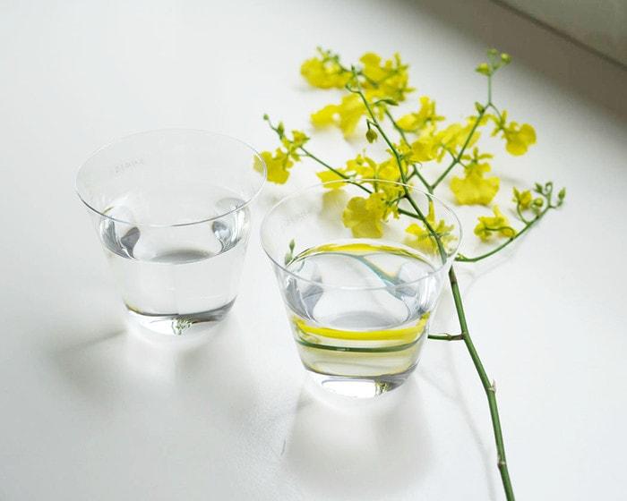 水の入った木村硝子店のベッロとお花