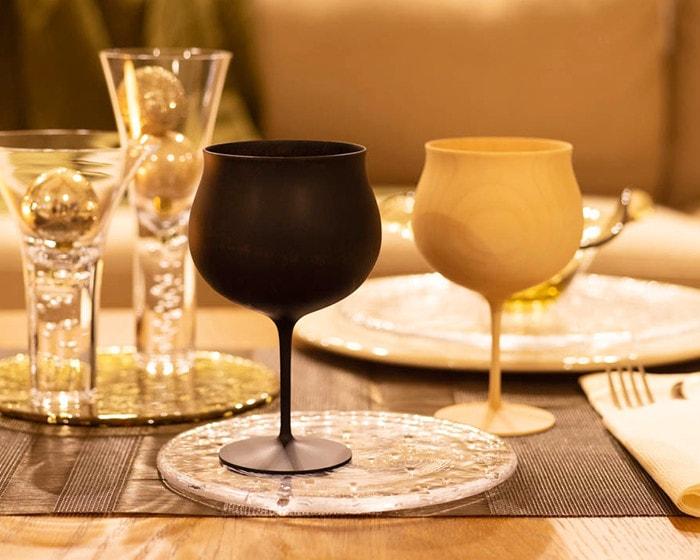 我戸幹男商店の木製ワイングラスとSghrのガラス食器でコーディネートされた食卓