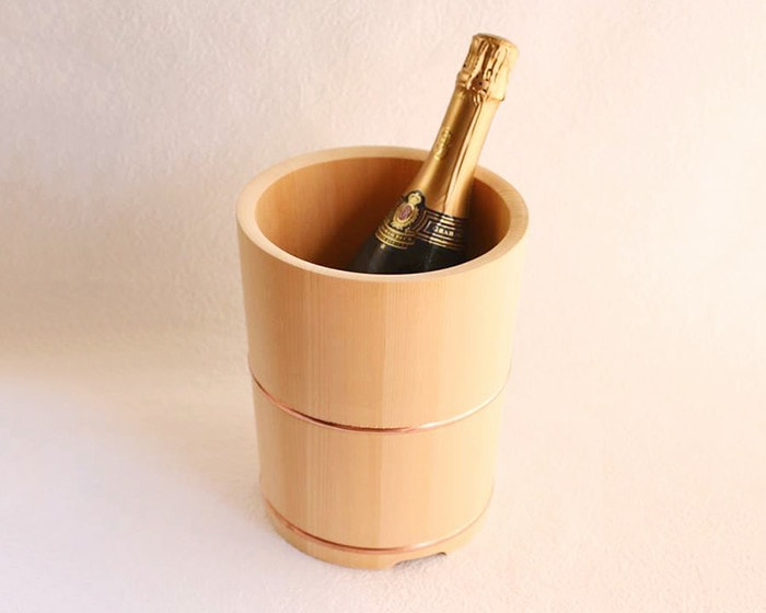東屋の木製ワインクーラーにボトルがはいっている