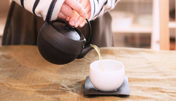 鋳心ノ工房のティーポットでお茶を注いでいる様子