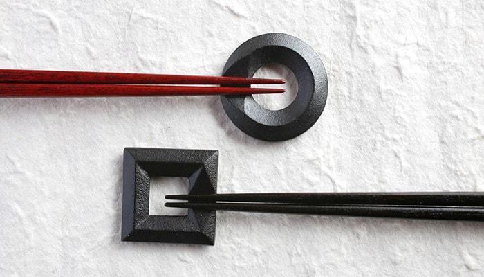 鋳心ノ工房の箸置きと箸が2組