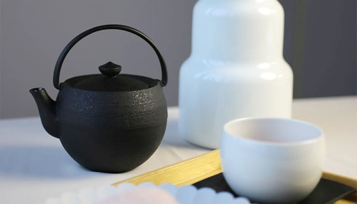 These are cast iron teapots and teacups of Chushin Kobo.