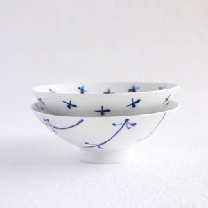 【A set of 2 bowls】A pair of 2 flat rice bowls Blue Flower (Exclusive box)/ Hakusan Toki