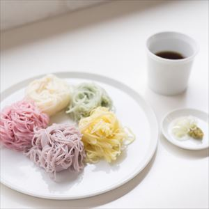 夏のおしゃれな五色の素麺とラウンドプレート2枚のセット 化粧箱入_Image_2