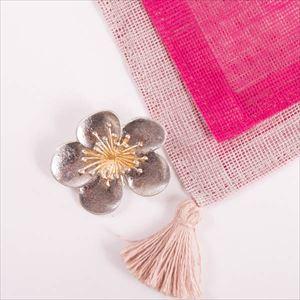 【令和を祝う梅セット】錫梅のブローチとピンクのはんかちセット 化粧箱入