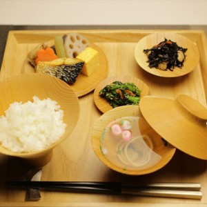 Wooden plates and bowls are perfect Ichiju-Sansai set!