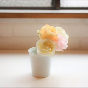 How to arrange flowers with familiar items?
