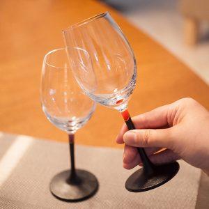 """お酒を飲むなら""""雰囲気""""も大切。ガラスのワイングラスでちょっぴり贅沢気分を味わう"""