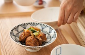Flat rice bowl from Hakusan Toki can make colorful vegetables stand out